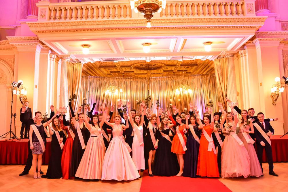 3fa6157553c0 Přinášíme neodkladný vzkaz od maturantů  Prodej lístků na maturitní ples  probíhá každou velkou přestávku (09 40 – 10 00) kdesi ve 4. patře